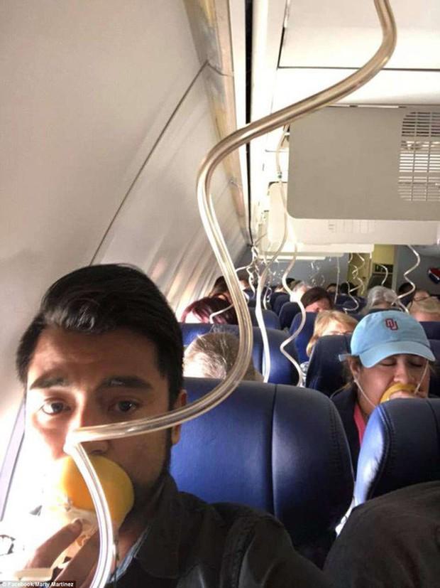 Mỹ: Máy bay nổ động cơ, hành khách cứu 1 phụ nữ suýt văng khỏi cửa sổ - Ảnh 2.