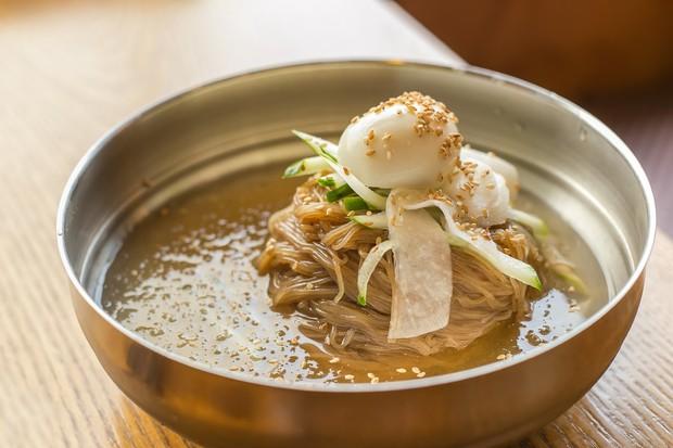 Đoán xem các bạn trẻ Hàn Quốc ăn gì để giải nhiệt cuộc sống giữa ngày hè nóng oi ả? - Ảnh 2.