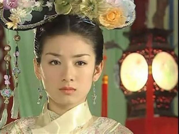 Một thời là gương mặt nổi bật, giờ đây nhan sắc Tiểu Yến Tử Huỳnh Dịch tuột dốc, cứng đờ như tượng - Ảnh 4.