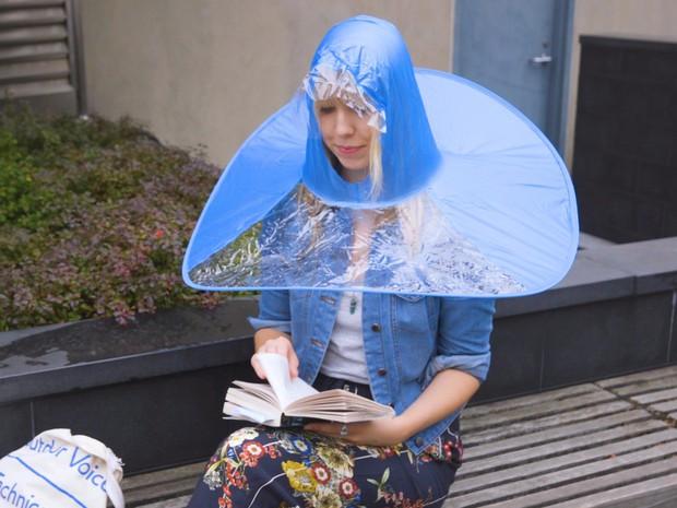 Dẹp Angela Phương Trinh đi, VIFW mà mưa thì phải diện quả mũ ô này thì mới gọi là bậc thầy sang chảnh - Ảnh 8.