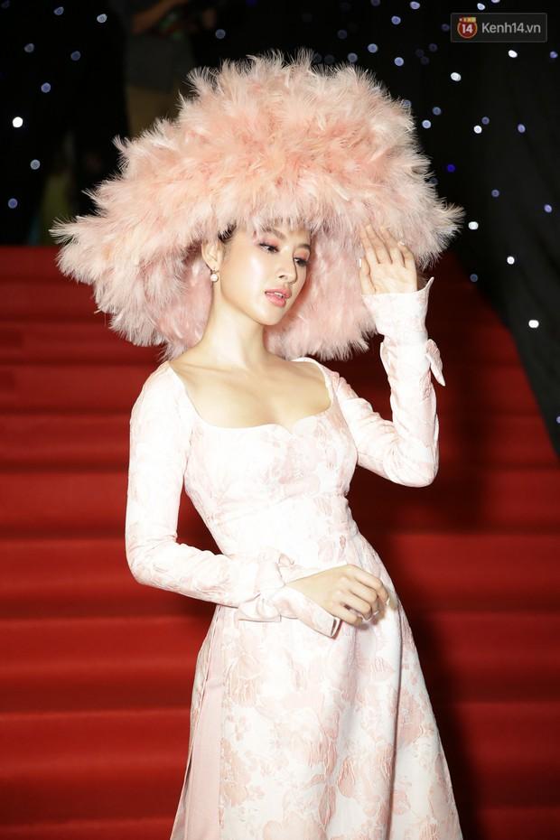 VIFW ngày 1: Sơn Tùng M-TP xuất hiện phút cuối, Chi Pu như học sinh, Angela Phương Trinh lại làm quá với mũ lông - Ảnh 4.