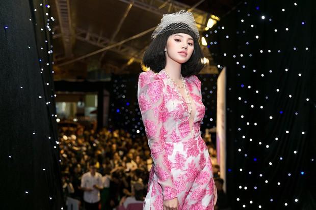 VIFW ngày 1: Sơn Tùng M-TP xuất hiện phút cuối, Chi Pu như học sinh, Angela Phương Trinh lại làm quá với mũ lông - Ảnh 12.