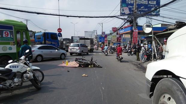 TP.HCM: Va chạm giao thông rồi ngã xuống đường, người đàn ông bị bánh xe đầu kéo cán qua người tử vong - Ảnh 1.