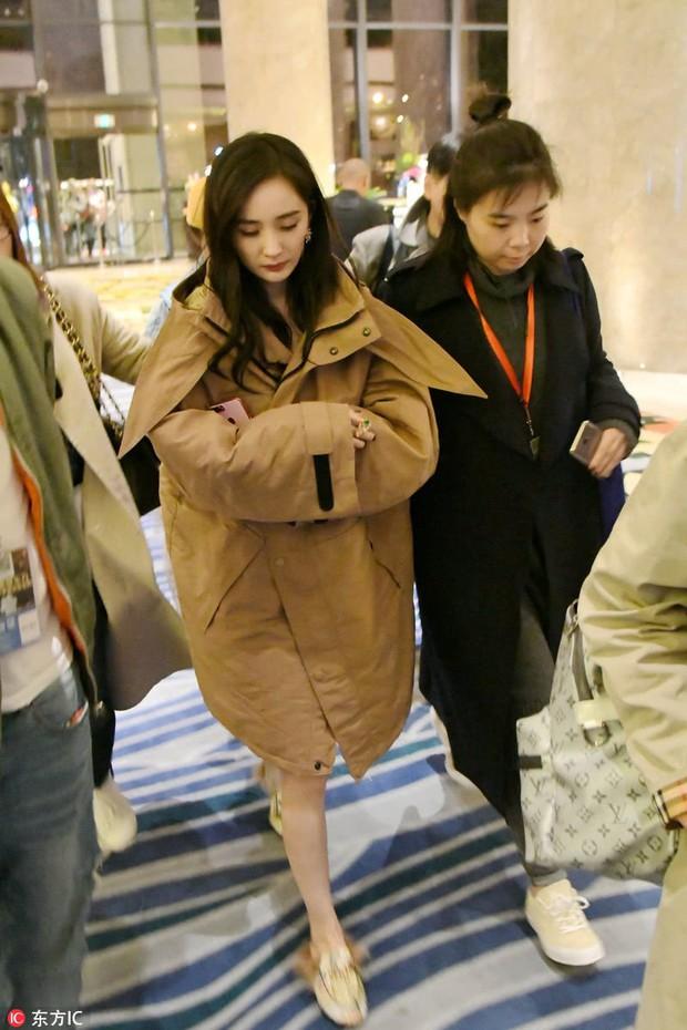 Sự thật về loạt ảnh khoa trương, đeo trang sức đắt tiền của Dương Mịch khi lần đầu xuất hiện sau scandal quỵt tiền - Ảnh 6.