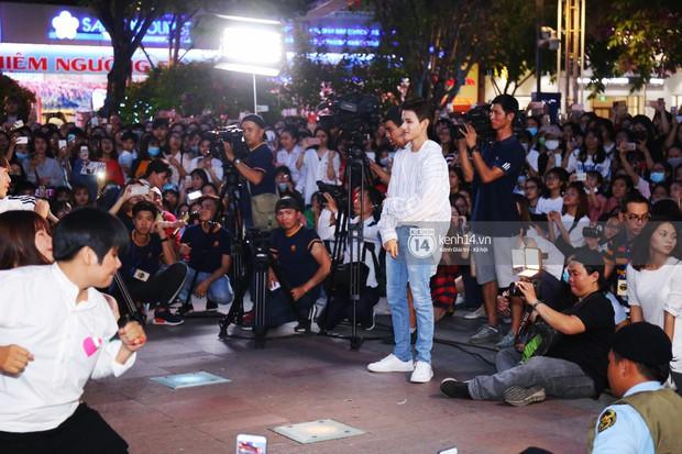 Fan bị tụt đường huyết, òa khóc khi gặp hoàng tử lai Samuel trên phố đi bộ Nguyễn Huệ - Ảnh 2.