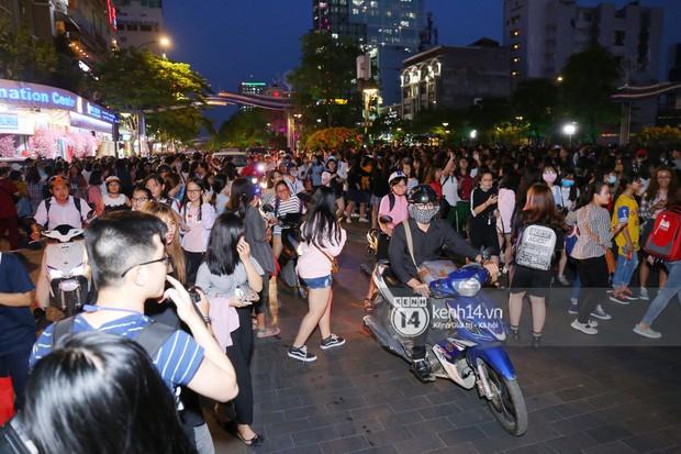 Fan bị tụt đường huyết, òa khóc khi gặp hoàng tử lai Samuel trên phố đi bộ Nguyễn Huệ - Ảnh 11.