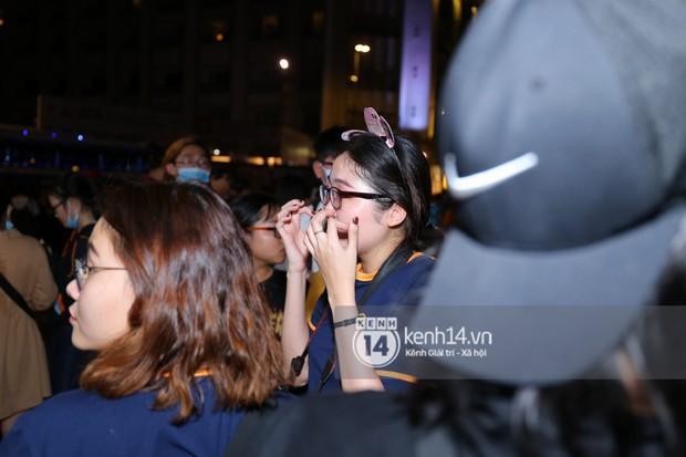 Fan bị tụt đường huyết, òa khóc khi gặp hoàng tử lai Samuel trên phố đi bộ Nguyễn Huệ - Ảnh 9.
