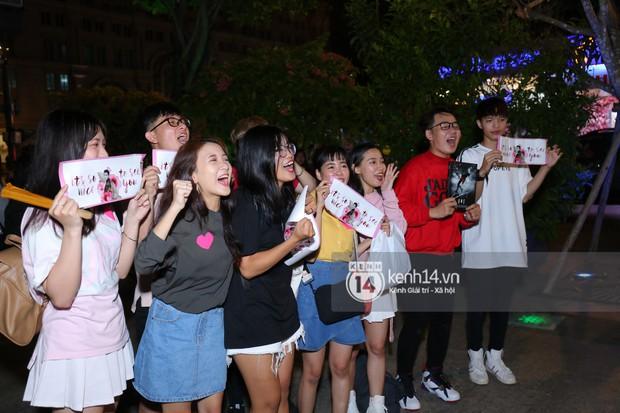 Fan bị tụt đường huyết, òa khóc khi gặp hoàng tử lai Samuel trên phố đi bộ Nguyễn Huệ - Ảnh 5.