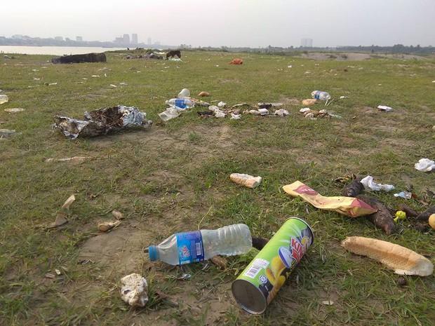 Thanh niên đi thăm mộ chó cưng ở bãi sông Hồng, phát hiện ra mộ biến thành bếp nướng thịt và xung quanh toàn là rác - Ảnh 5.