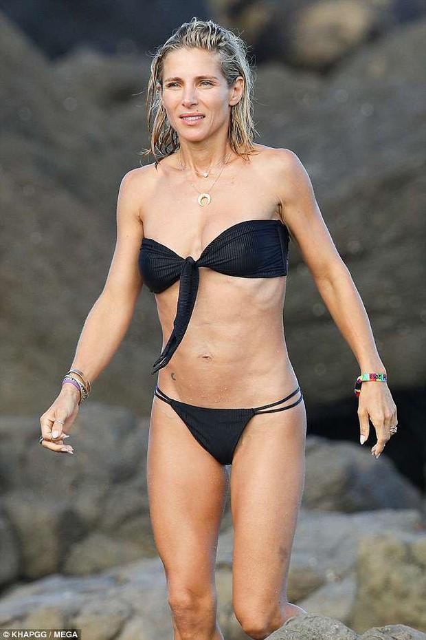 Không cưỡng lại được vẻ sexy của bà xã 41 tuổi, Thor Chris Hemsworth đụng chạm vòng 3 vợ giữa bãi biển - Ảnh 7.