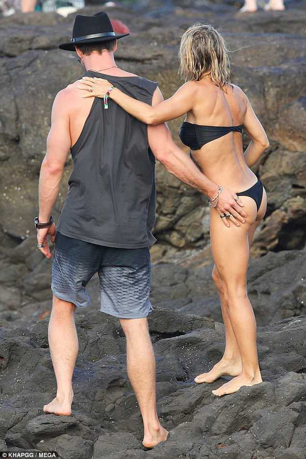 Không cưỡng lại được vẻ sexy của bà xã 41 tuổi, Thor Chris Hemsworth đụng chạm vòng 3 vợ giữa bãi biển - Ảnh 4.