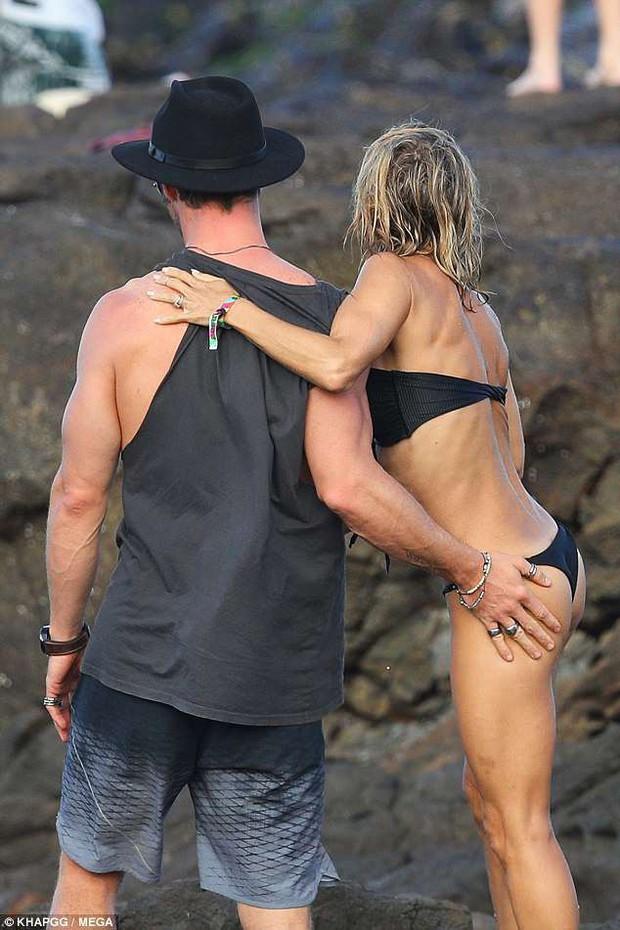 Không cưỡng lại được vẻ sexy của bà xã 41 tuổi, Thor Chris Hemsworth đụng chạm vòng 3 vợ giữa bãi biển - Ảnh 3.