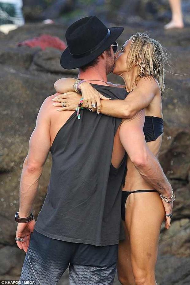 Không cưỡng lại được vẻ sexy của bà xã 41 tuổi, Thor Chris Hemsworth đụng chạm vòng 3 vợ giữa bãi biển - Ảnh 2.