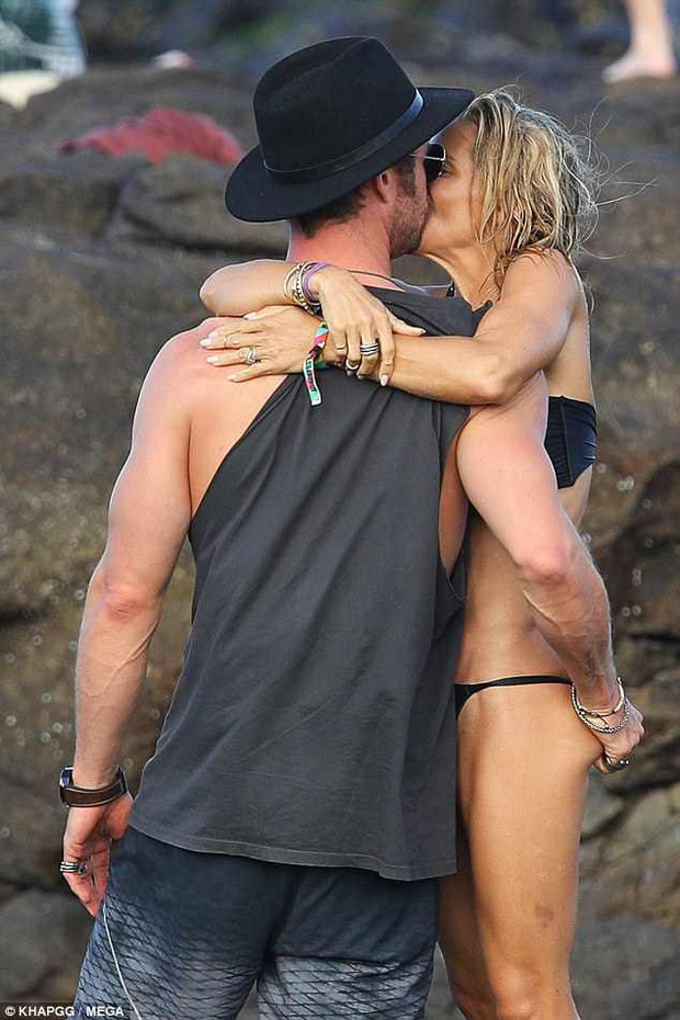 Không cưỡng lại được vẻ sexy của bà xã 41 tuổi, Thor Chris Hemsworth đụng chạm vòng 3 vợ giữa bãi biển - Ảnh 1.