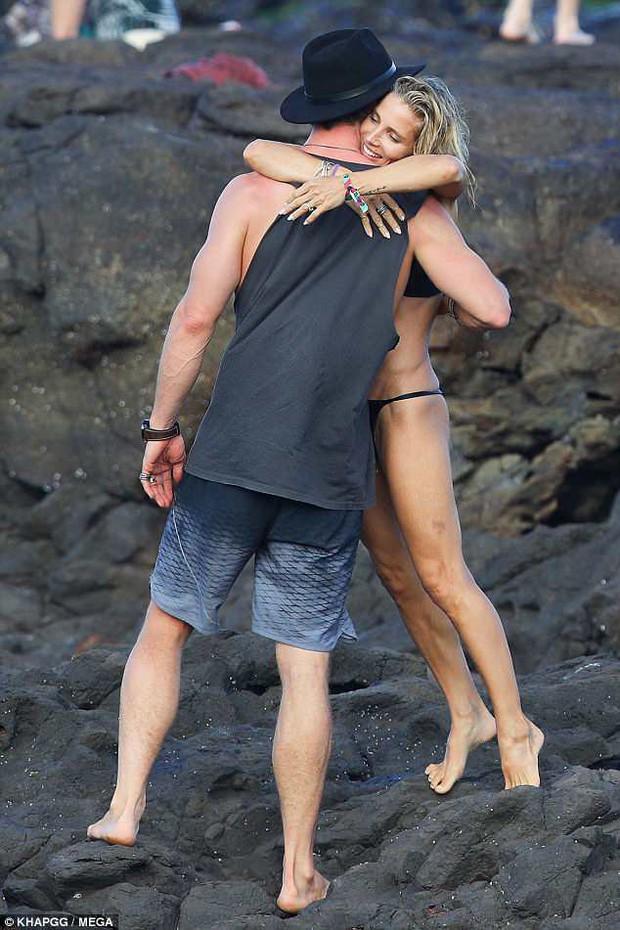 Không cưỡng lại được vẻ sexy của bà xã 41 tuổi, Thor Chris Hemsworth đụng chạm vòng 3 vợ giữa bãi biển - Ảnh 5.