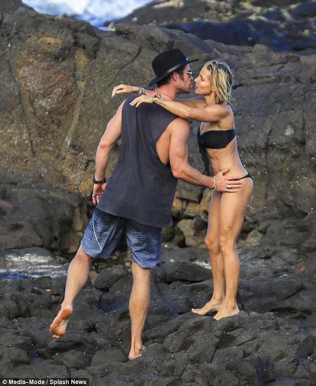 Không cưỡng lại được vẻ sexy của bà xã 41 tuổi, Thor Chris Hemsworth đụng chạm vòng 3 vợ giữa bãi biển - Ảnh 6.