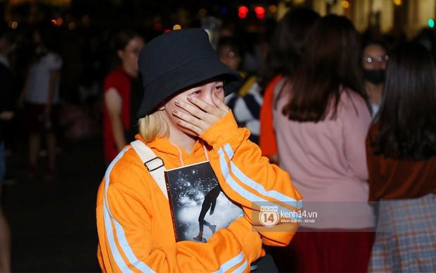 Fan bị tụt đường huyết, òa khóc khi gặp hoàng tử lai Samuel trên phố đi bộ Nguyễn Huệ - Ảnh 7.