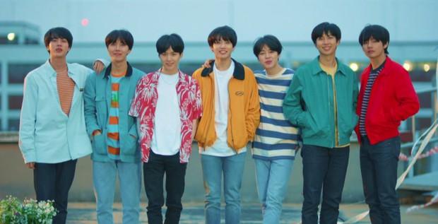 BTS được thương hiệu thời trang cảm ơn rối rít vì diện đồ quá đẹp, khiến các fan đổ xô đi mua đến cháy hàng - Ảnh 1.