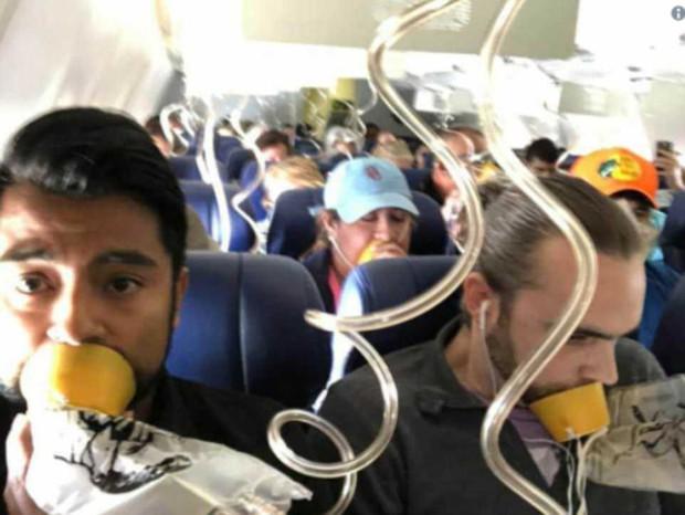 Bức ảnh trong vụ tai nạn máy bay khiến nhiều người ngao ngán: Tại sao gần như không ai đeo mặt nạ oxy đúng cách? - Ảnh 1.