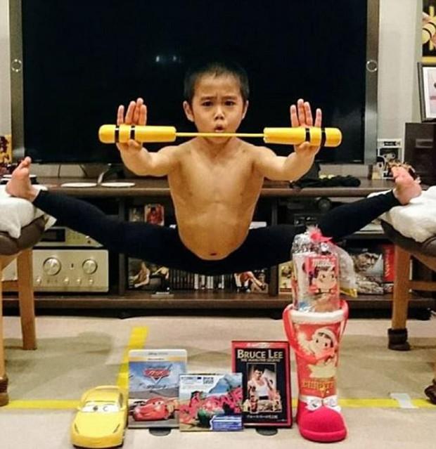 Mê phim võ thuật, cậu bé 8 tuổi mỗi ngày luyện tập để có thân hình tráng kiện, được mệnh danh là Lý Tiểu Tiểu Long - Ảnh 3.