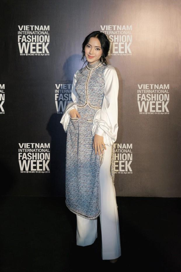 VIFW ngày 1: Sơn Tùng M-TP xuất hiện phút cuối, Chi Pu như học sinh, Angela Phương Trinh lại làm quá với mũ lông - Ảnh 17.