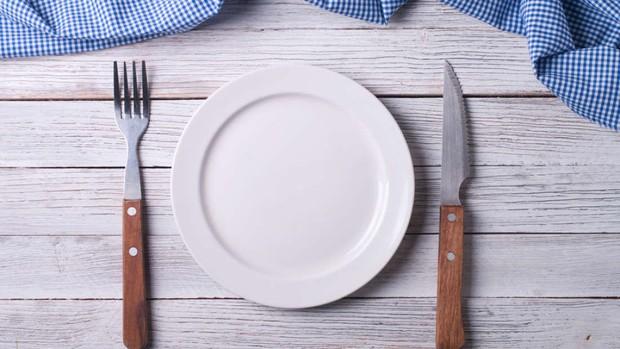 Mỗi bữa ăn bạn đang nuốt cả trăm mảnh nhựa mà không hề hay biết - Ảnh 3.