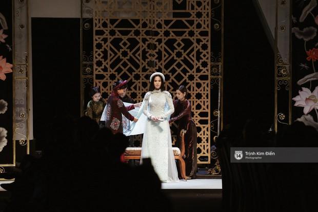 Ngọc Trinh kiêu sa phe phẩy quạt, mặt lạnh te trình diễn áo dài trong ngày 3 của VIFW 2018 - Ảnh 1.