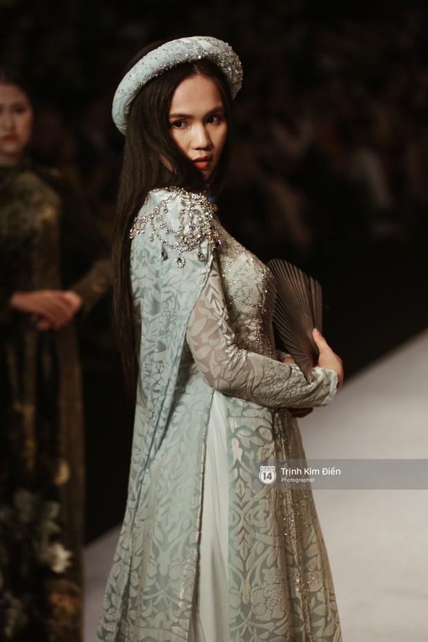 Ngọc Trinh kiêu sa phe phẩy quạt, mặt lạnh te trình diễn áo dài trong ngày 3 của VIFW 2018 - Ảnh 4.