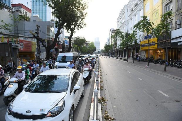 Chặn 1 chiều trên đường Cát Linh, nhiều người bỡ ngỡ, giao thông ùn tắc giờ cao điểm - Ảnh 2.
