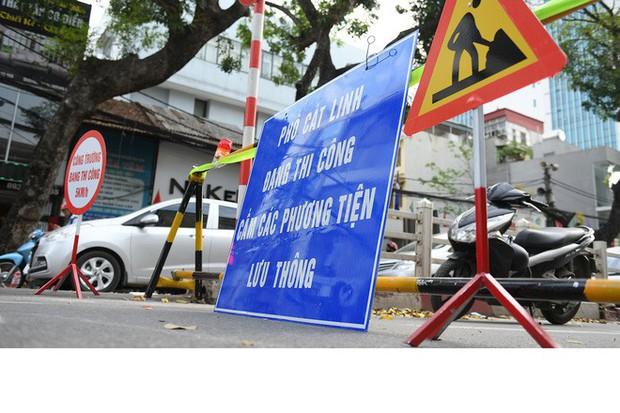 Chặn 1 chiều trên đường Cát Linh, nhiều người bỡ ngỡ, giao thông ùn tắc giờ cao điểm - Ảnh 3.