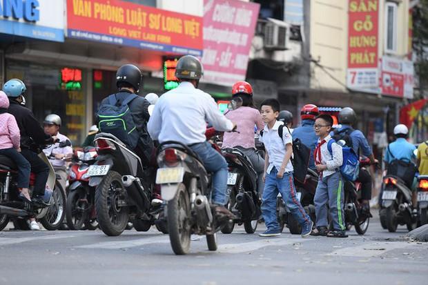 Chặn 1 chiều trên đường Cát Linh, nhiều người bỡ ngỡ, giao thông ùn tắc giờ cao điểm - Ảnh 12.