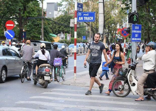 Chặn 1 chiều trên đường Cát Linh, nhiều người bỡ ngỡ, giao thông ùn tắc giờ cao điểm - Ảnh 13.