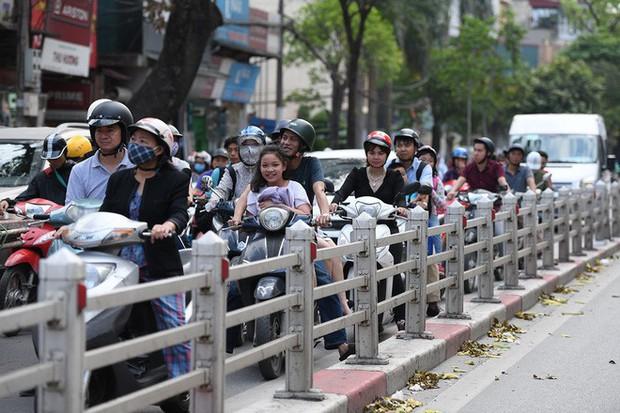 Chặn 1 chiều trên đường Cát Linh, nhiều người bỡ ngỡ, giao thông ùn tắc giờ cao điểm - Ảnh 14.
