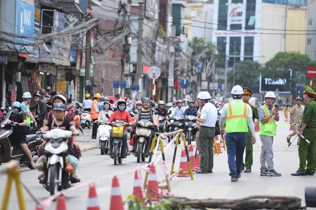 Chặn 1 chiều trên đường Cát Linh, nhiều người bỡ ngỡ, giao thông ùn tắc giờ cao điểm - Ảnh 16.