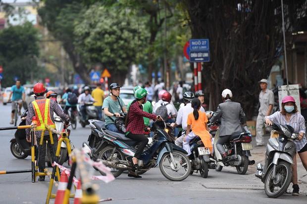 Chặn 1 chiều trên đường Cát Linh, nhiều người bỡ ngỡ, giao thông ùn tắc giờ cao điểm - Ảnh 17.