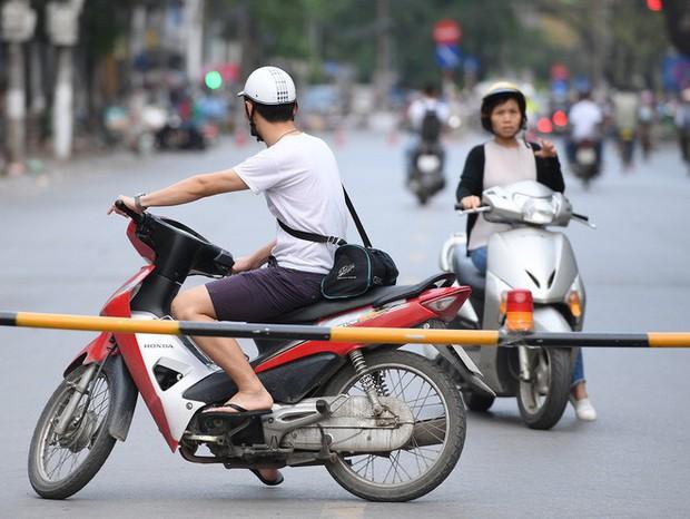 Chặn 1 chiều trên đường Cát Linh, nhiều người bỡ ngỡ, giao thông ùn tắc giờ cao điểm - Ảnh 18.