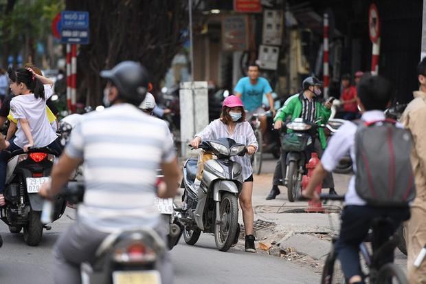 Chặn 1 chiều trên đường Cát Linh, nhiều người bỡ ngỡ, giao thông ùn tắc giờ cao điểm - Ảnh 19.