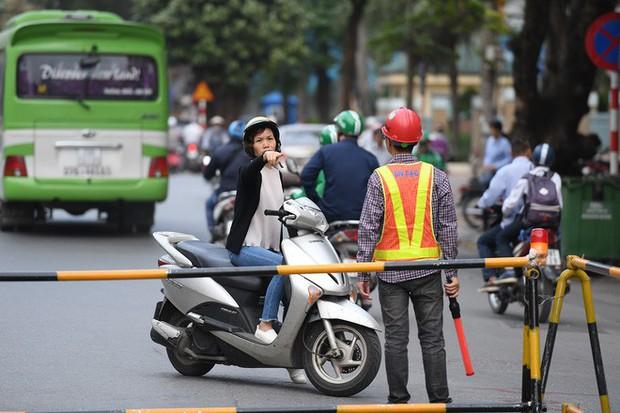 Chặn 1 chiều trên đường Cát Linh, nhiều người bỡ ngỡ, giao thông ùn tắc giờ cao điểm - Ảnh 20.