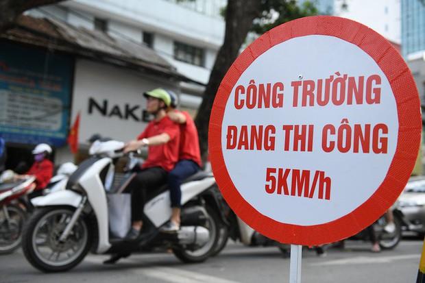 Chặn 1 chiều trên đường Cát Linh, nhiều người bỡ ngỡ, giao thông ùn tắc giờ cao điểm - Ảnh 4.