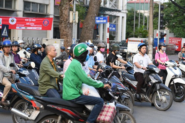 Chặn 1 chiều trên đường Cát Linh, nhiều người bỡ ngỡ, giao thông ùn tắc giờ cao điểm - Ảnh 5.