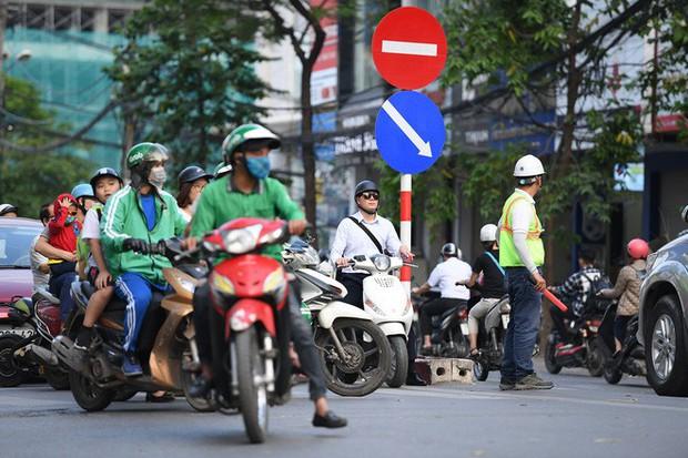 Chặn 1 chiều trên đường Cát Linh, nhiều người bỡ ngỡ, giao thông ùn tắc giờ cao điểm - Ảnh 6.