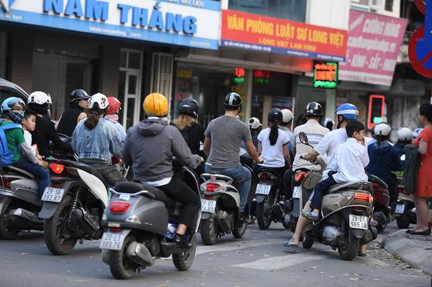 Chặn 1 chiều trên đường Cát Linh, nhiều người bỡ ngỡ, giao thông ùn tắc giờ cao điểm - Ảnh 7.