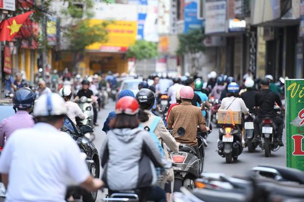 Chặn 1 chiều trên đường Cát Linh, nhiều người bỡ ngỡ, giao thông ùn tắc giờ cao điểm - Ảnh 8.