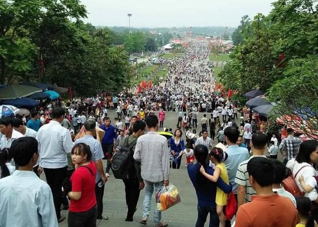 Clip: Biển người đổ về Đền Hùng dù chưa chính hội 10/3, nhiều du khách đợi 2 tiếng chưa lên được tới đền - Ảnh 4.