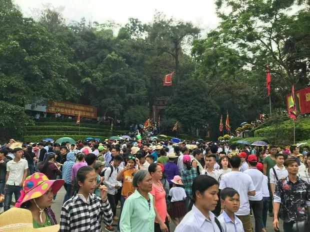 Clip: Biển người đổ về Đền Hùng dù chưa chính hội 10/3, nhiều du khách đợi 2 tiếng chưa lên được tới đền - Ảnh 3.