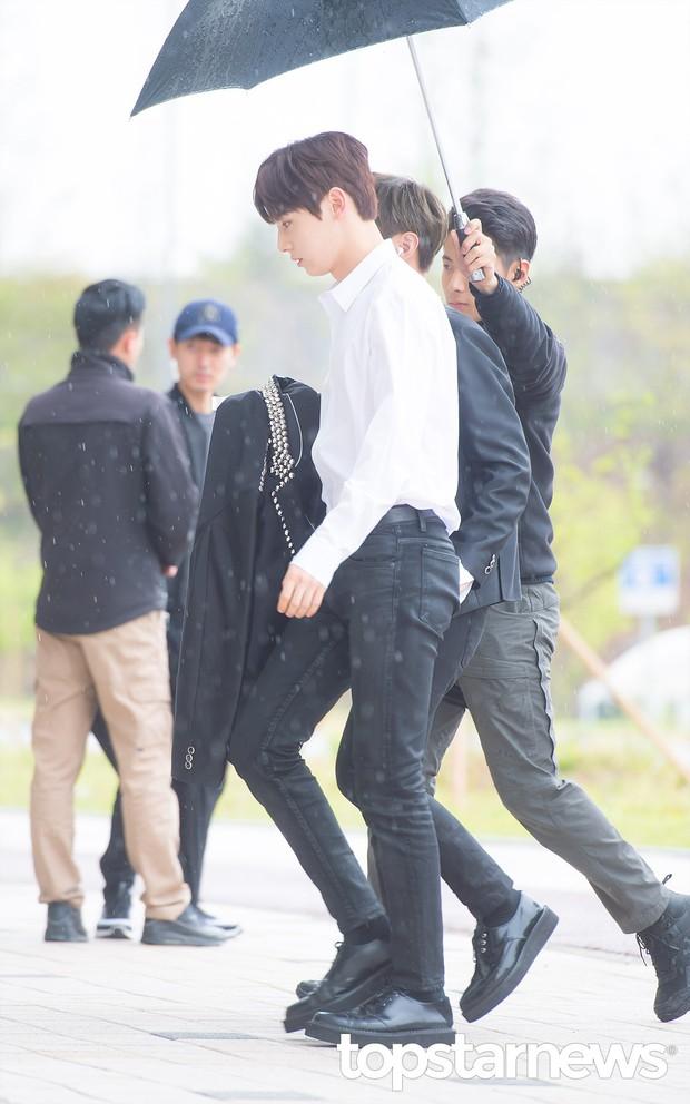 Cực phẩm dưới mưa: Jung Chae Yeon đẹp lộng lẫy cùng I.O.I, dàn hoàng tử Wanna One đến ủng hộ Produce 48 - Ảnh 13.