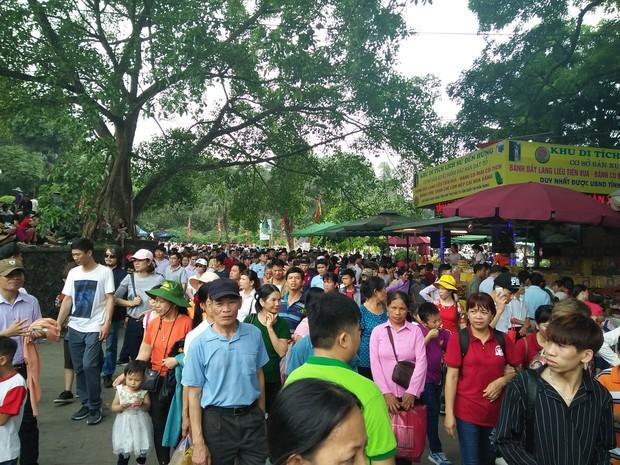 Clip: Biển người đổ về Đền Hùng dù chưa chính hội 10/3, nhiều du khách đợi 2 tiếng chưa lên được tới đền - Ảnh 10.