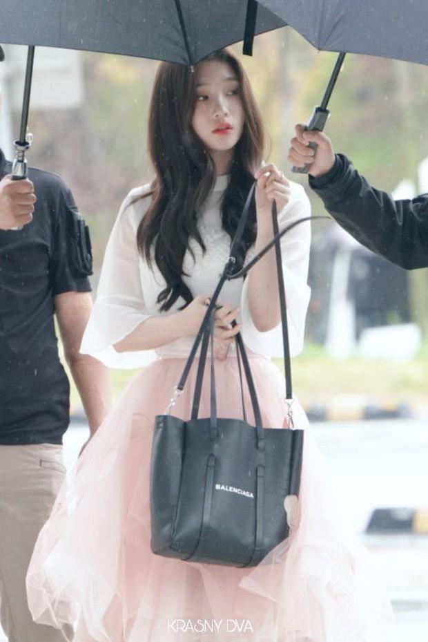 Cực phẩm dưới mưa: Jung Chae Yeon đẹp lộng lẫy cùng I.O.I, dàn hoàng tử Wanna One đến ủng hộ Produce 48 - Ảnh 19.