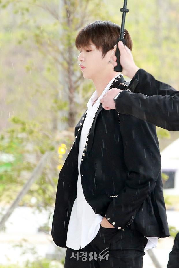 Cực phẩm dưới mưa: Jung Chae Yeon đẹp lộng lẫy cùng I.O.I, dàn hoàng tử Wanna One đến ủng hộ Produce 48 - Ảnh 2.