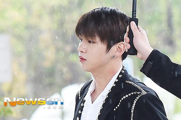 Cực phẩm dưới mưa: Jung Chae Yeon đẹp lộng lẫy cùng I.O.I, dàn hoàng tử Wanna One đến ủng hộ Produce 48 - Ảnh 4.